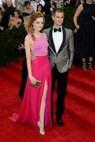 Emma Stone in pink, classy crop top, skirt slit, and all. Simple and chic but still fun. { Thakoon }